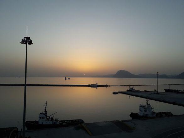 Η μέρα χάνεται στο λιμάνι της Πάτρας! (φωτο)