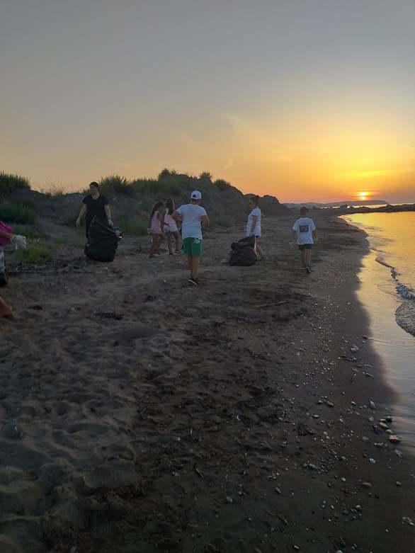 Δυτική Αχαΐα: Κάτοικοι - εθελοντές καθαρίζουν τις παραλίες σε Αλυκές και Αλισσό