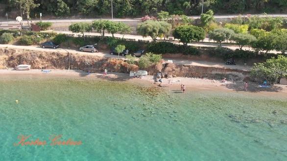 Η παραλία της Αχαΐας που... λαμπυρίζει από ομορφιά (pics+video)
