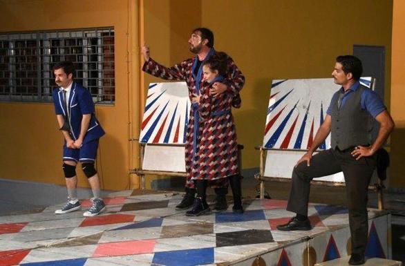 """Πάτρα - Το Άρμα Θέσπιδος παρουσίασε το έργο """"Μαμ"""" στη συνοικία της Αγίας Τριάδας (φωτο)"""