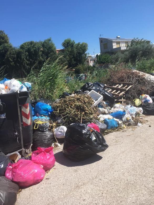 Αχαΐα: Στον παραθεριστικό Λόγγο τα σκουπίδια έγιναν ένα με τις αυλές των σπιτιών (φωτo)