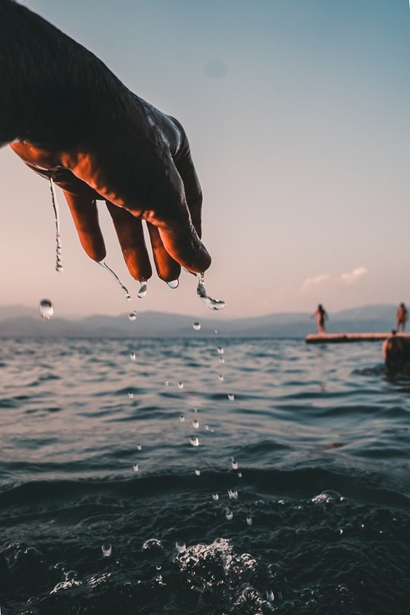 """Η πιο καλοκαιρινή φωτογραφία του 2019 - Το χέρι που """"στάζει"""" θάλασσα"""
