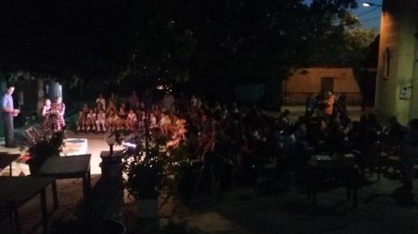 Παράσταση στην πλατεία του χωριού Ρωμανός