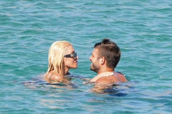 Κατερίνα Καινούργιου - Καυτά φιλιά με τον Φίλιππο Παναγόπουλο μέσα στη θάλασσα!
