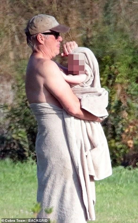 O Richard Gere αγκαλιά με τον 6 μηνών γιο του (φωτο)