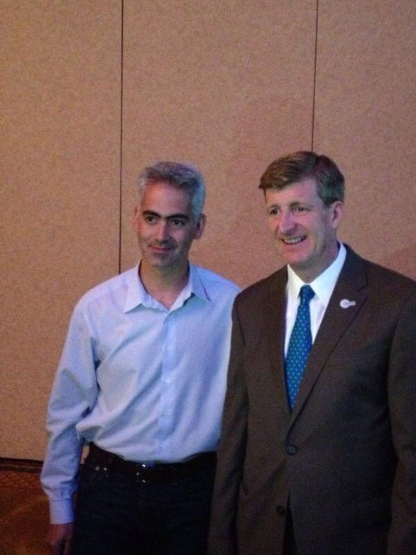 (Στη φωτογραφία, o Δρ. Λιάπης με τον Patrick Kennedy πρώην Γερουσιαστή, ανιψιό του δολοφονηθέντος Προέδρου John Kennedy και γιο του επίσης διατελέσαντος Γερουσιαστή, Ted Kennedy)
