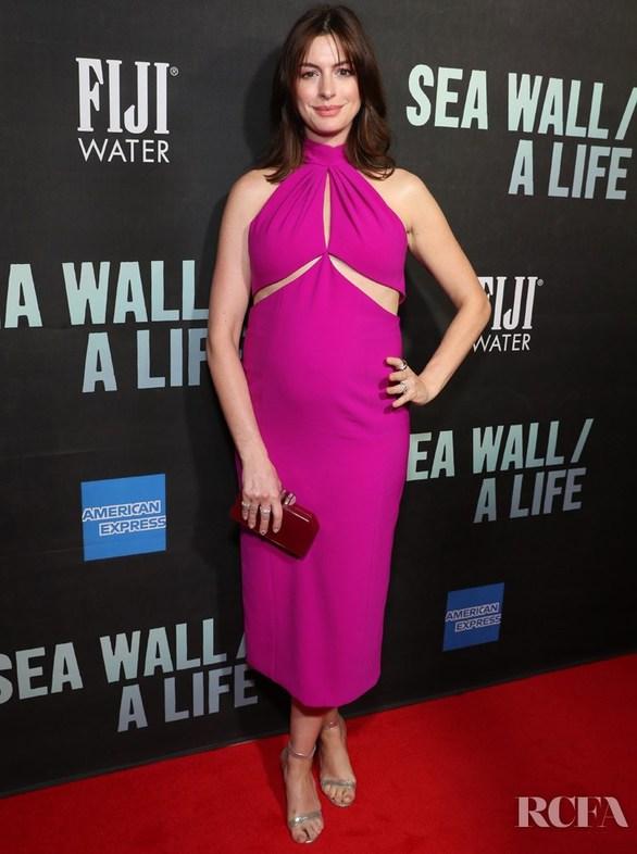 Anne Hathaway - Η εμφάνισή της στο κόκκινο χαλί με φουσκωμένη κοιλίτσα! (φωτο)