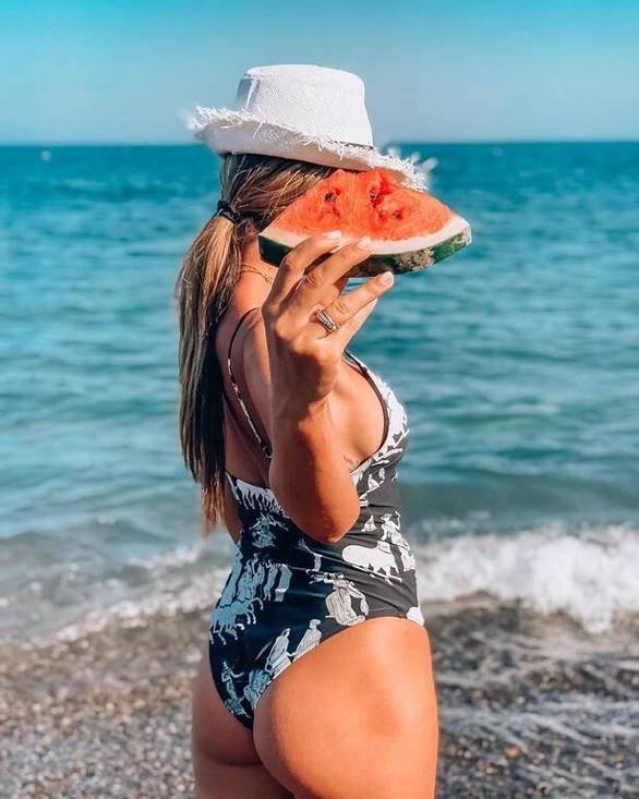 Η Αθηνά Οικονομάκου πόζαρε με μια φέτα καρπούζι