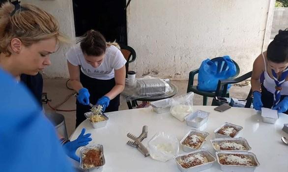 Οι πρόσκοποι πρόσφεραν φαγητό και νερό στους πυροσβέστες στην Εύβοια (φωτο)