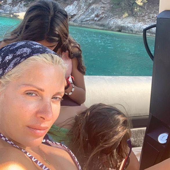 Η Ελένη Μενεγάκη συνεχίζει τις διακοπές της