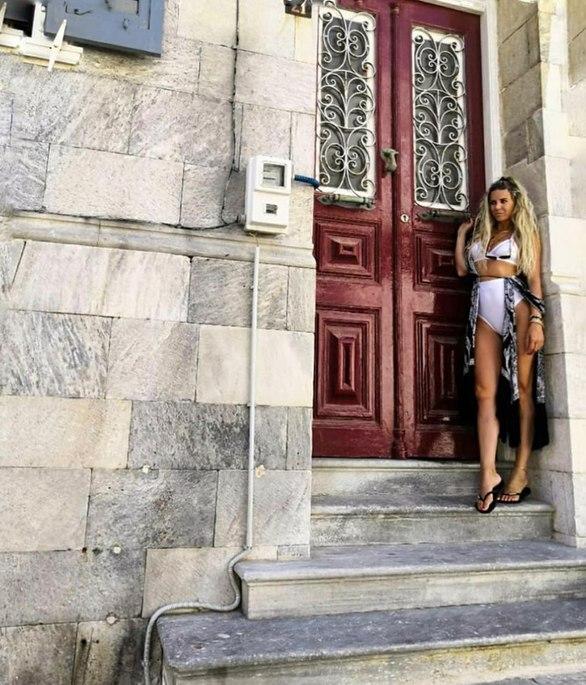 Η Πατρινή που φωτογραφήθηκε στα σοκάκια της Ερμούπολης στη Σύρο