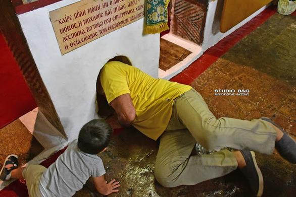 """Η """"θαυματουργή οπή"""" στο εκκλησάκι των Αγίων Αδριανού και Ναταλίας στο Ναύπλιο (pics+video)"""