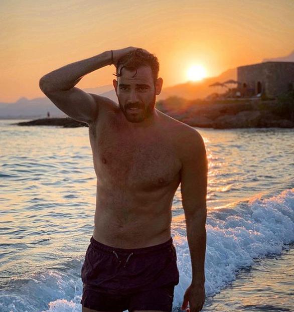 Ο Νίκος Πολυδερόπουλος με μαγιό και κοιλιακούς «φέτες»