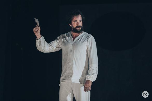 """Τάσος Νούσιας: """"Ο Ριχάρδος Β' είναι μια βαθιά τομή που αφορά όλους μας κοινό και ηθοποιούς"""""""