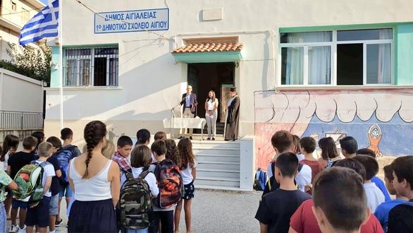 Στο 1ο Δημοτικό Σχολείο Αιγίου ο Άγγελος Τσιγκρής, στον αγιασμό για τη νέα σχολική χρονιά (φωτο)