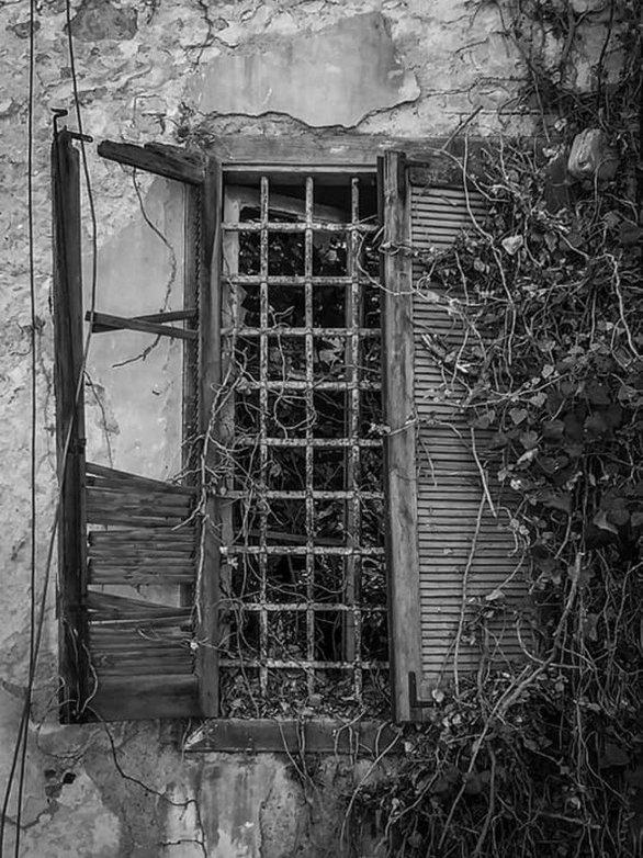 Πάτρα: Η βίλα-φάντασμα πίσω από το γήπεδο της Παναχαϊκής (φωτο)