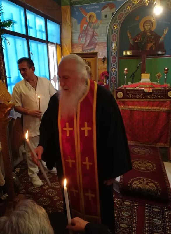 Η Πάτρα αποχαιρέτησε τον ιερέα με τα κόκκινα μπαλόνια - Αντίο στον παπά Γιάννη