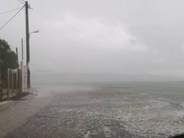 Η θάλασσα έγινε ένα με τον δρόμο στα Βραχνέικα και το Μονοδένδρι (φωτο)