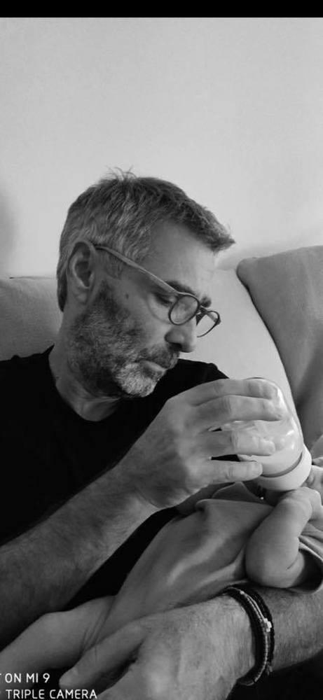 Ο Θοδωρής Αθερίδης ταΐζει τον εγγονό του με το μπιμπερό! (φωτο)