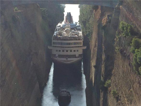 Το μακρύτερο κρουαζιερόπλοιο του κόσμου περνάει τον Ισθμό της Κορίνθου (φωτο)