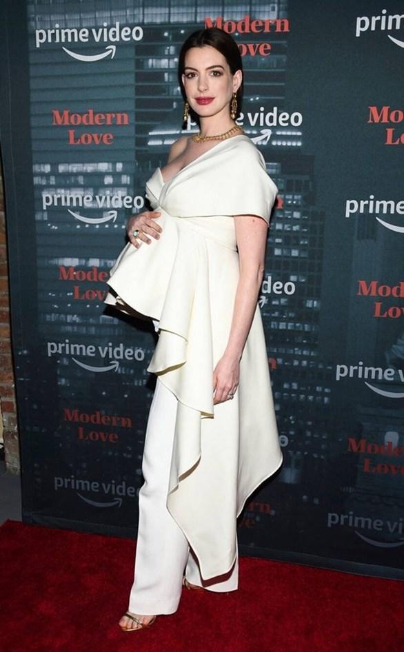 Εντυπωσιακή η Anne Hathaway στην πρεμιέρα του νέου της show «Modern Love» (φωτο)
