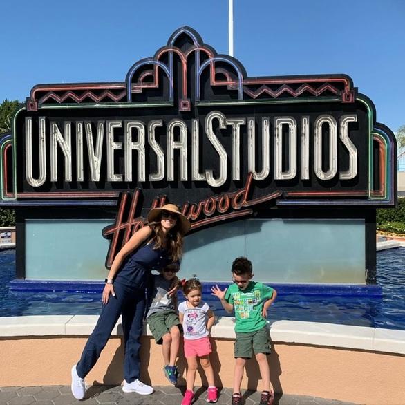Καλομοίρα: Ταξίδι στο Hollywood με την οικογένειά της! (φωτο)