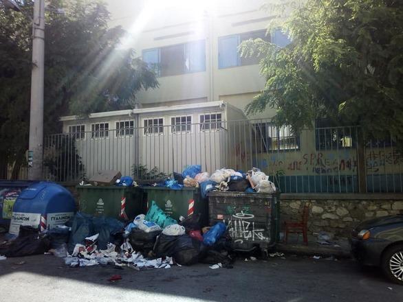Ντροπή - Σκουπίδια που ξεχειλίζουν έξω από σχολείο της Πάτρας!