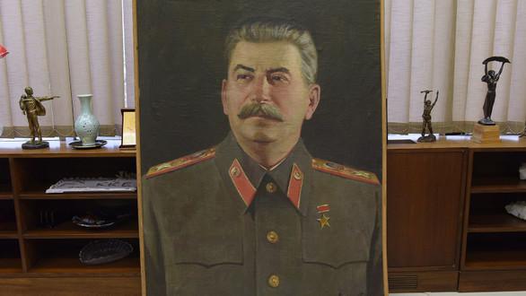 Δύο μεγάλους πίνακες, με τον Στάλιν και τον Λένιν «υποδέχθηκε» ο Δημήτρης Κουτσούμπας (φωτο)
