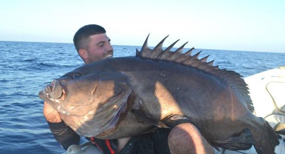 """Νεαρός ψαράς έπιασε """"βλάχο"""" 47 κιλών"""