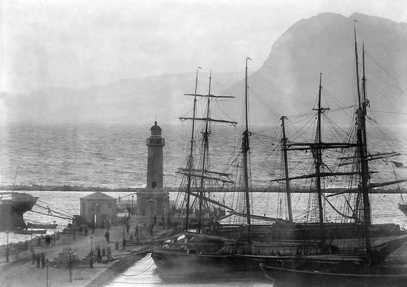 Ιστιοφόρα στο λιμάνι της Πάτρας με φόντο τον Φάρο στις αρχές του 1900