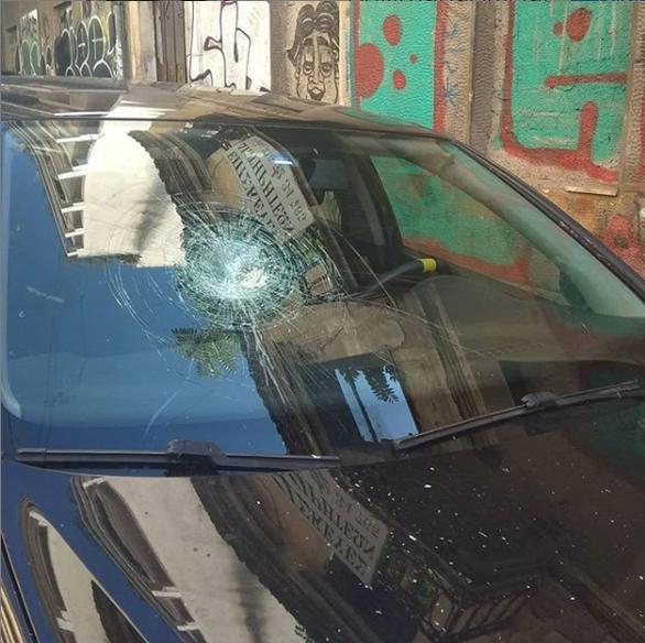 Μαρία Φιλίππου - Άγνωστοι έσπασαν το παρμπίζ του αυτοκινήτου της (φωτο)