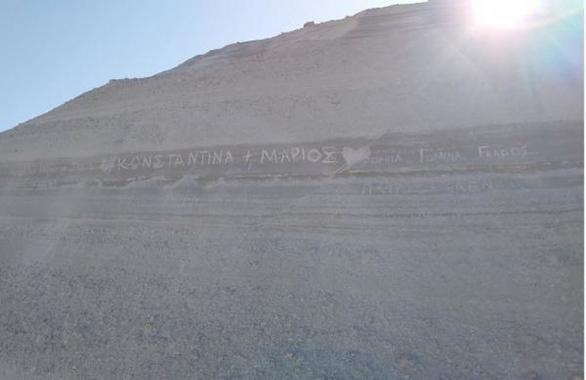 Μήλος: Καταστρέφουν το Σαρακήνικο - Σκαλίζουν συνθήματα στους βράχους