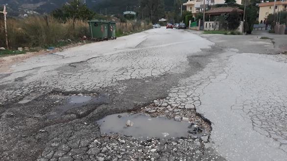 """Πάτρα: Χάλια ο δρόμος στο Πετρωτό που οδηγεί στο """"Α. Κάνιστρας"""" (φωτο)"""