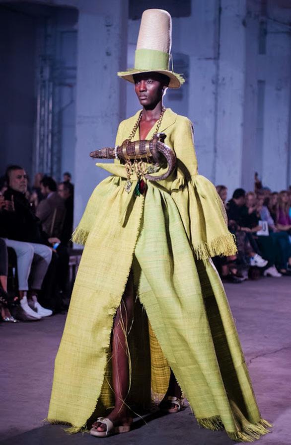 Το ανατρεπτικό show του Βασίλη Ζούλια και του Περικλή Κονδυλάτου στην εβδομάδα μόδας (φωτο)
