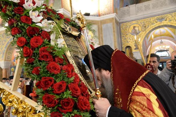 Δεκάδες Πατρινοί συρρέουν για να προσκυνήσουν την εικόνα της Παναγίας Σουμελά