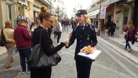 Πάτρα - Η ΕΛ.ΑΣ. διένειμε ενημερωτικό υλικό για την εξάλειψη της βίας κατά των γυναικών (φωτο)