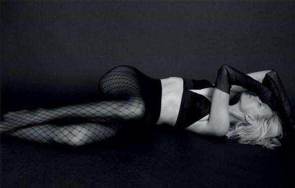 Η Βίκυ Καγιά ποζάρει με μαύρα εσώρουχα