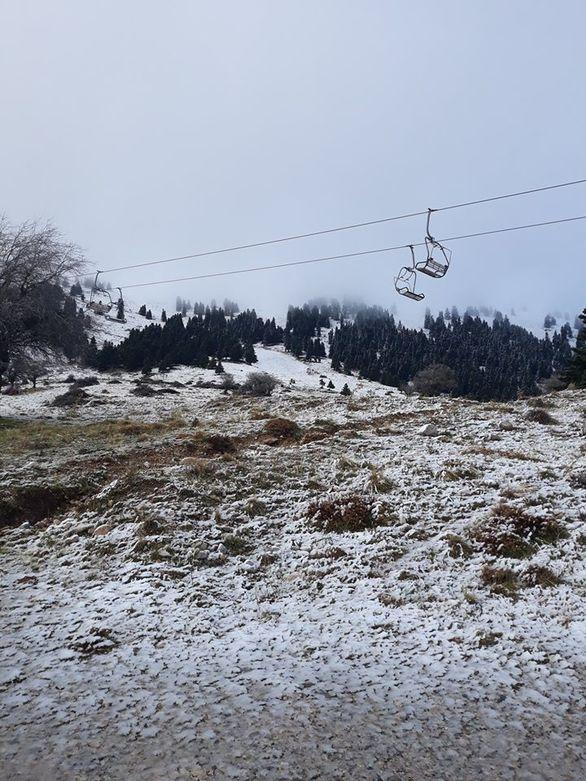 Άσπρισε ο Χελμός - Έπεσαν τα πρώτα χιόνια στο Χιονοδρομικό Κέντρο Καλαβρύτων (pics)