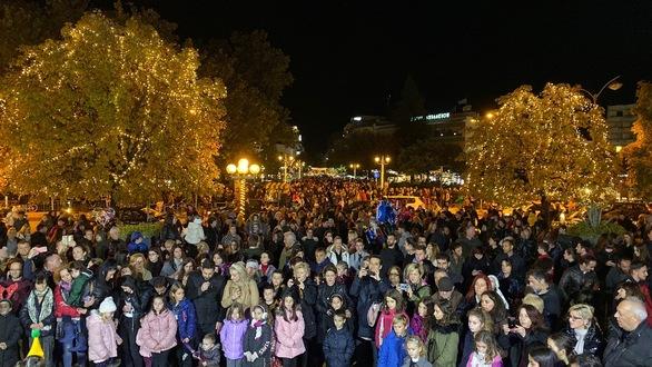Γιορτή στα Τρίκαλα για το υψηλότερο φυσικό χριστουγεννιάτικο δέντρο (φωτο)