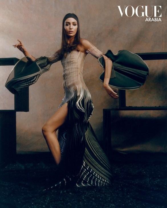 To επαναστατικό εξώφυλλο της Vogue Arabia, που σηματοδοτεί τη νέα εποχή στη μόδα!