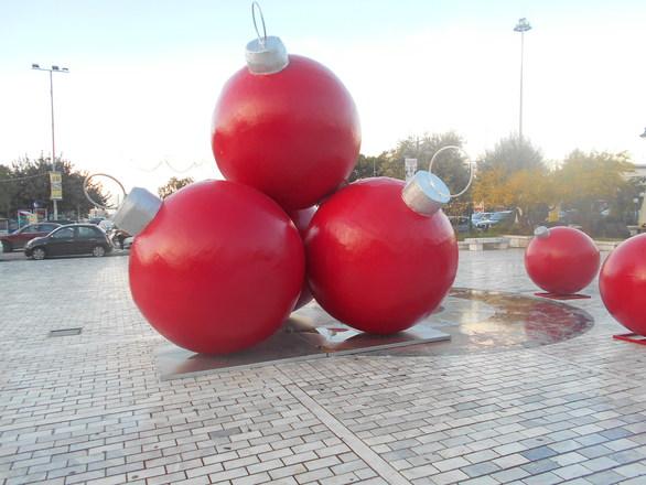 Οι τεράστιες κόκκινες χριστουγεννιάτικες μπάλες της Τριών Συμμάχων (φωτο)