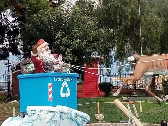 Ήρθαν τα Χριστούγεννα και βγήκαν οι καλικάντζαροι στην κεντρική πλατεία του Αιγίου (φωτο)