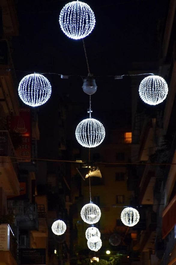 """Η Πάτρα """"ντύθηκε"""" για τα Χριστούγεννα - Βόλτα στους γιορτινούς δρόμους της πόλης (φωτο)"""