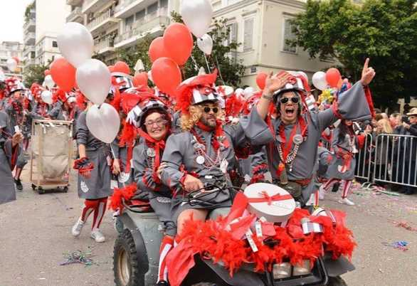 """Οι καρναβαλιστές της Πάτρας αποχαιρετούν την Λουκία τους, τη """"μάμα Λούσι"""" τους!"""