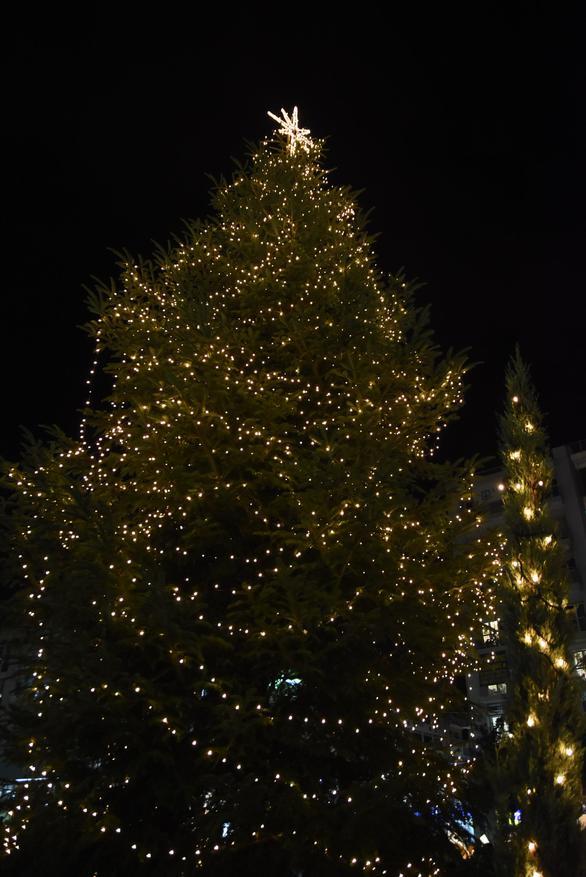«Χριστούγεννα είναι…» φωτίστηκε το δέντρο στην Πάτρα! (φωτο+video)