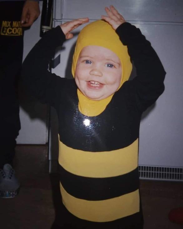 Ηθοποιός των «Άγριων Μελισσών» πόσταρε φωτογραφία ντυμένη μελισσούλα