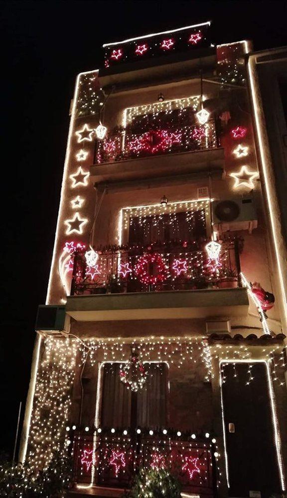 Αυτό είναι το πιο, γιορτινά, στολισμένο κτίριο της Πάτρας, με 15.000 λαμπιόνια (φωτο)
