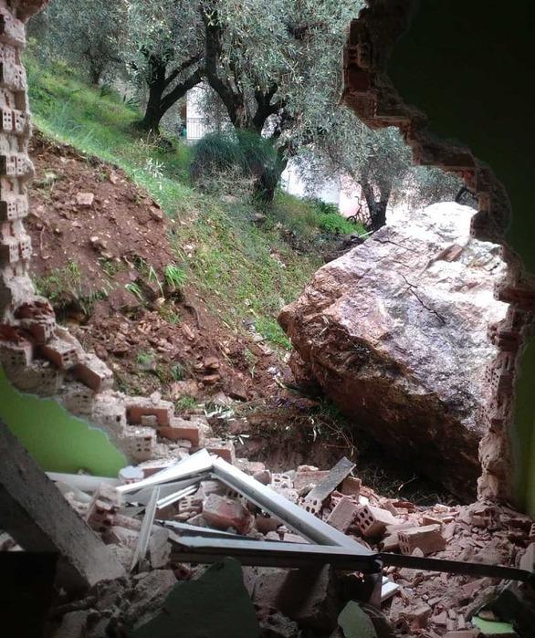 Αποκολλήθηκε βράχος και έπεσε σε σπίτι στην Άρτα (φωτο)