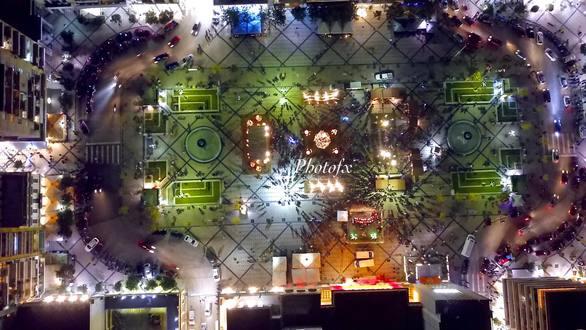 Η γιορτινή Πάτρα και το χριστουγεννιάτικο χωριό της από ψηλά τη νύχτα (pics+video)