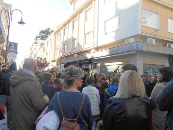 """Η """"Φλόγα"""" της ελπίδας άναψε στην Πάτρα - 15.000 ευρώ συγκέντρωσαν οι μαθητές στο μπαζάρ"""